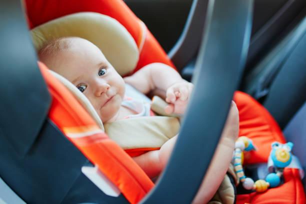 Entzückende Babymädchen in modernen Autositz – Foto