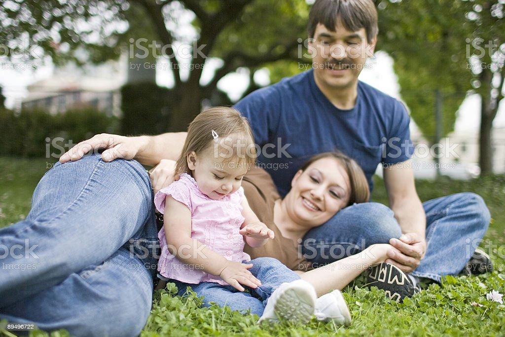 Urocza dziecko dziewczynka z rodzina w parku, miejsce na tekst zbiór zdjęć royalty-free