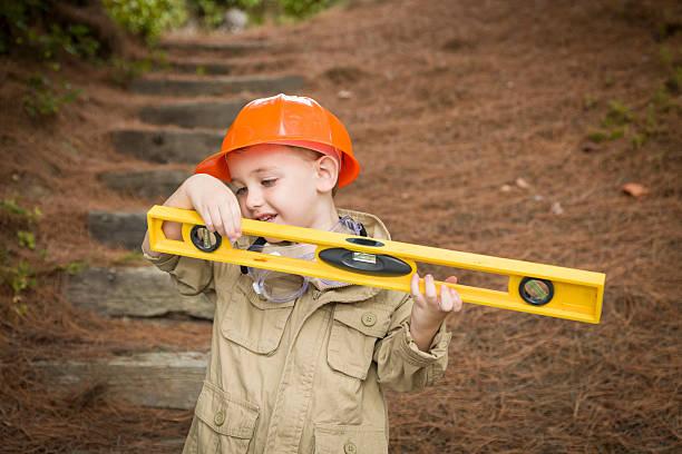 niedliche kind junge mit level playing mann für draußen - kindergarten handwerk stock-fotos und bilder