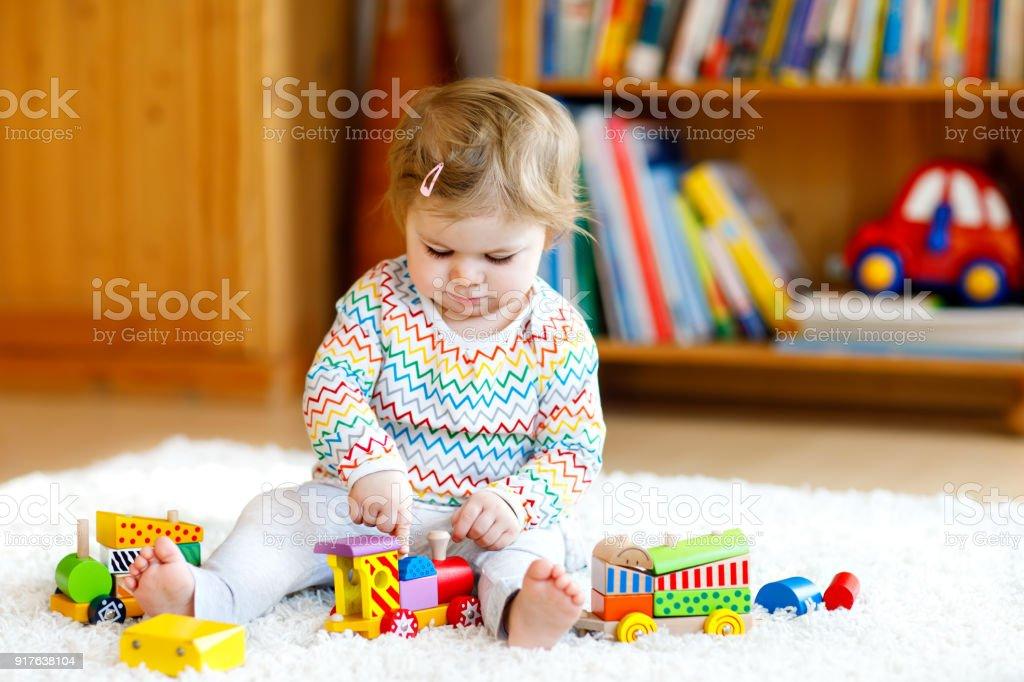 Bezaubernd süß schön kleines Mädchen spielen mit Holz Lernspielzeug zu Hause oder Kinderzimmer. Kleinkind mit bunten Zug – Foto