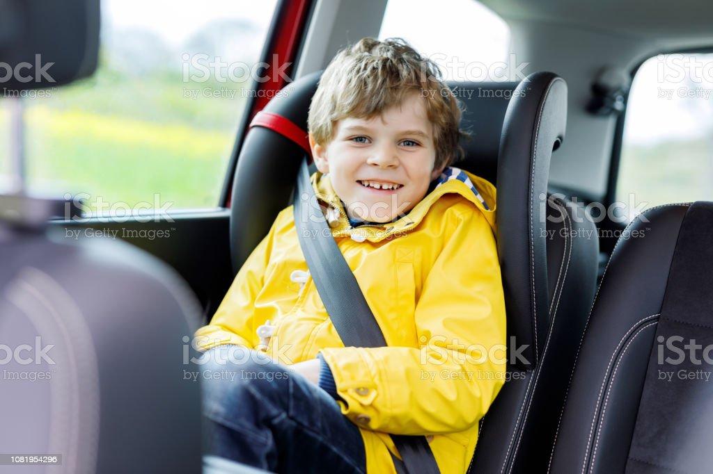 Vorschule Auto Sitzt Süße Entzückende Im Junge Kind rQCtsdh