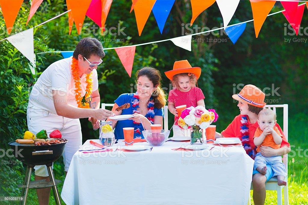 Adorable famille néerlandaise a grill fête dans le jardin - Photo