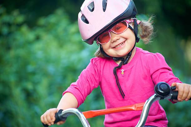Niedliche Mädchen in Rosa Sicherheit Helm – Foto