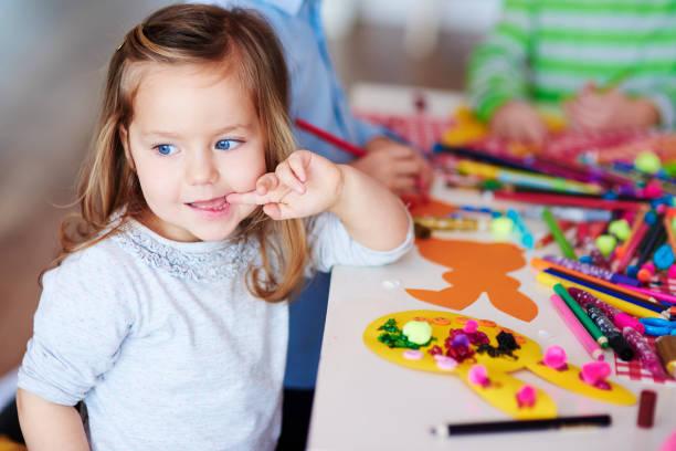 entzückende mädchen auf kunst-klasse - osterhase zeichnen stock-fotos und bilder