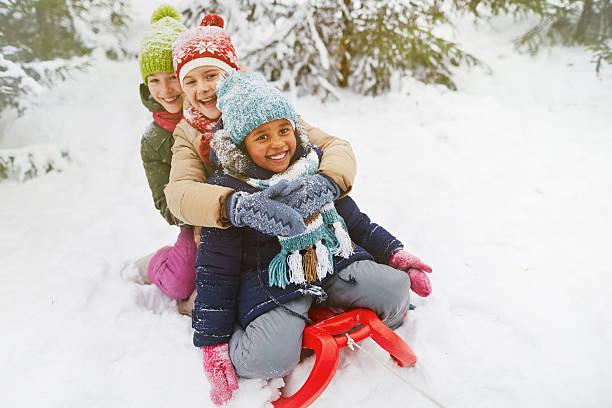 hübsche mädchen  - schneespiele stock-fotos und bilder