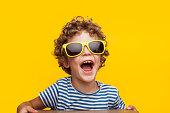 オレンジの明るいサングラスかわいい子供