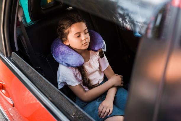 adorable gamin dormir dans la voiture avec l'oreiller cervical - child car sleep photos et images de collection