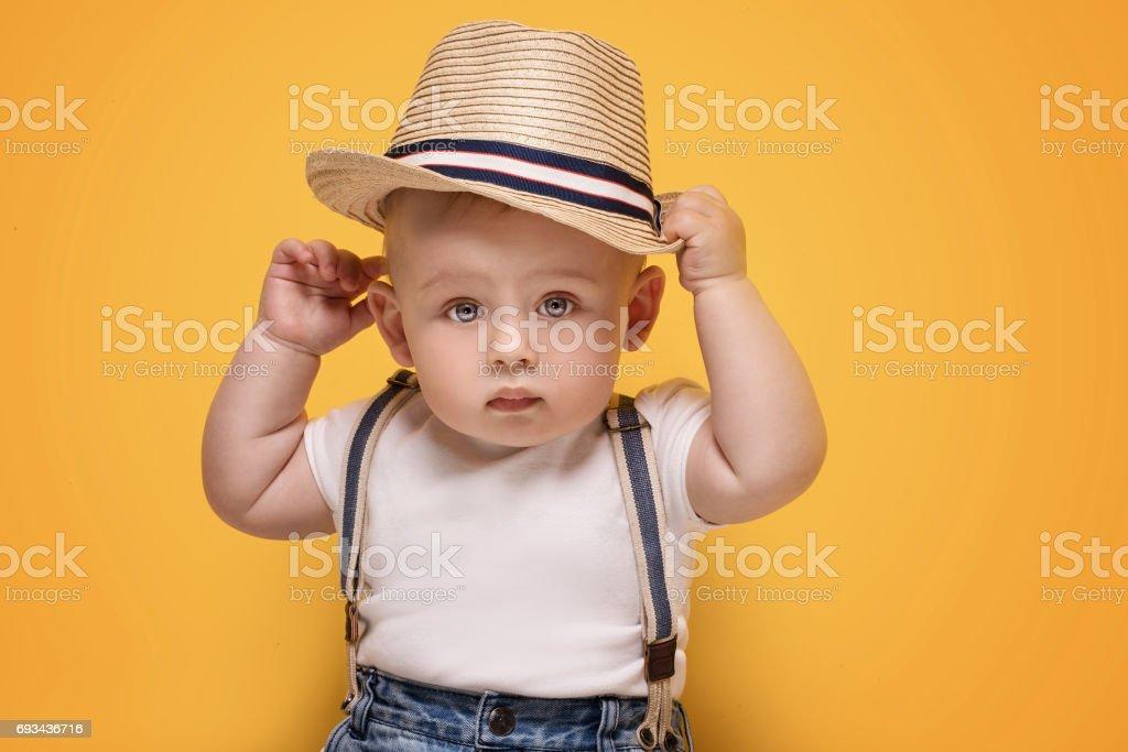 Adorable petit bébé garçon posant. - Photo