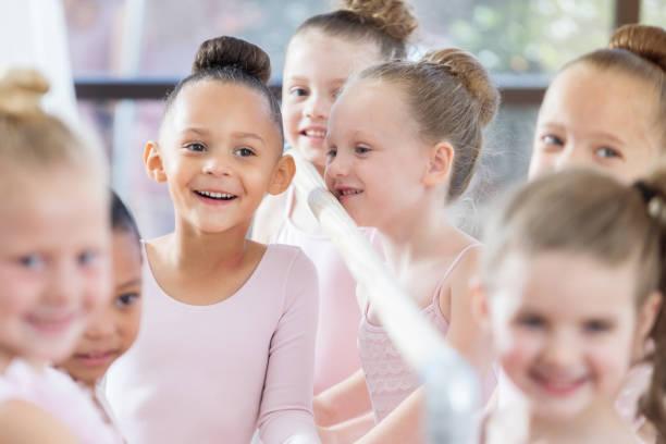 Sevimli küçük balerin gülümsüyor sevinçle sınıf sırasında stok fotoğrafı