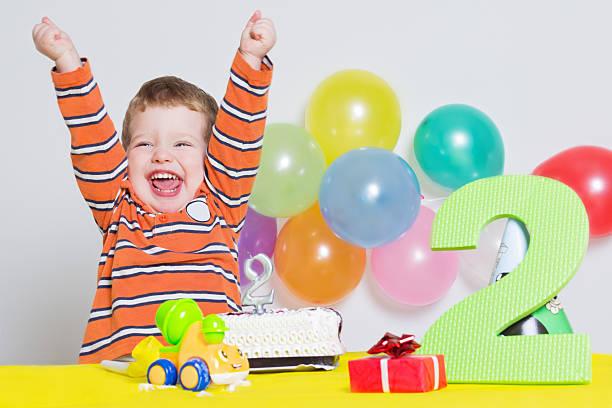 süßen kleinen jungen feiert seinen zweiten geburtstag - 2 3 jahre stock-fotos und bilder