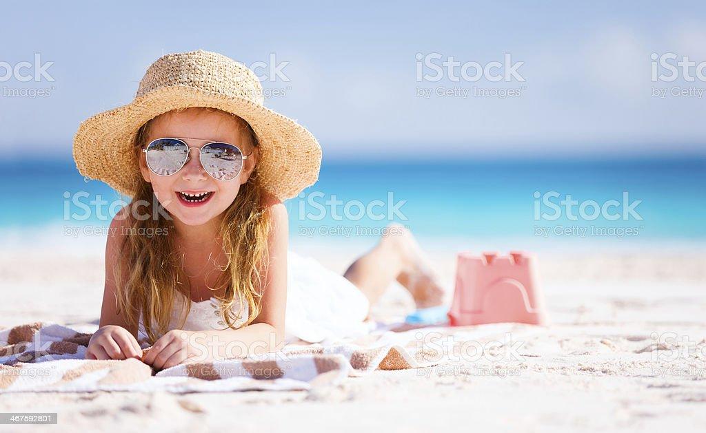 Adorable kleines Mädchen am Strand – Foto