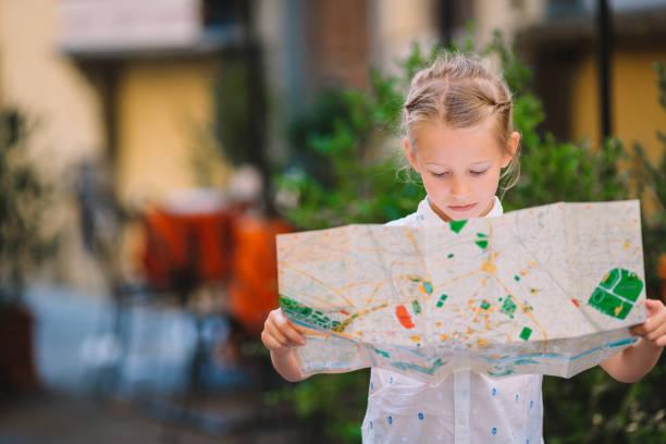 Entzückende kleine Mädchen genießen italienischen Urlaub in Europa. – Foto
