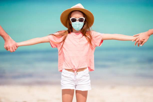 Entzückende kleine Mädchen haben Spaß am tropischen Strand während des Urlaubs – Foto