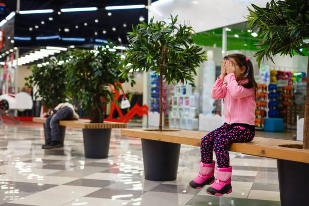adorable little girl is crying in the mall - criança perdida imagens e fotografias de stock