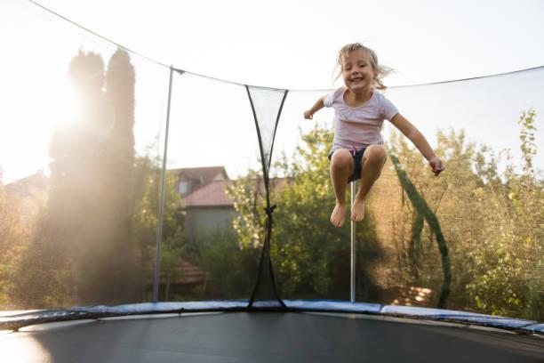 Entzückende kleine Mädchen spielen im freien – Foto