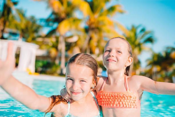 Entzückende kleine Mädchen spielen im Freibad im Urlaub – Foto