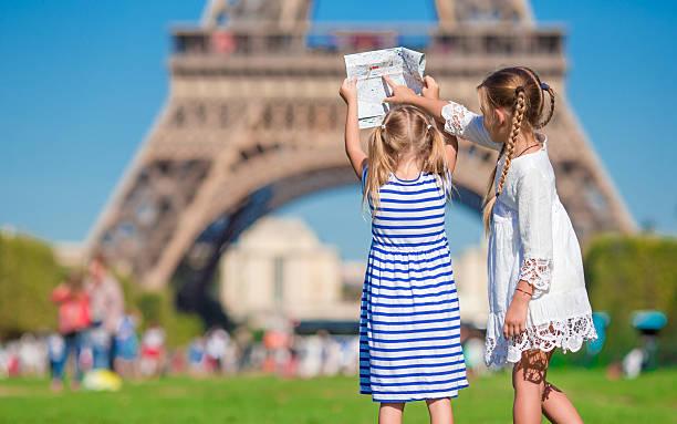 Niedliche kleine Mädchen mit Karte von Paris – Foto