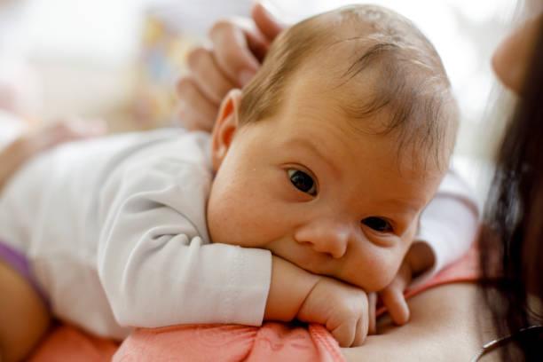 Entzückende Neugeborene Baby ruht auf der Brust ihrer Mutter – Foto