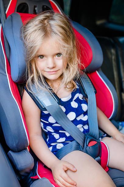 Niedliche lächelnd Mädchen mit blonden Haaren in Auto mit Schnalle – Foto