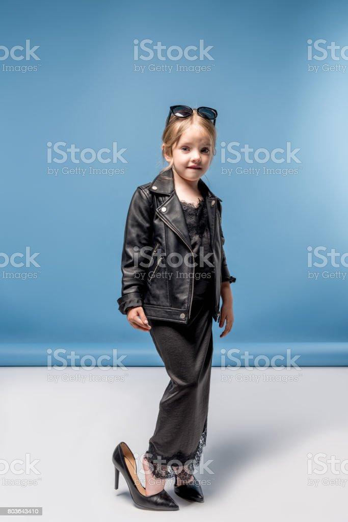 e2b55a69ca93f5 Schattig Stijlvolle Meisje Grote Hakken Zwarte Jurk En Lederen Jas ...