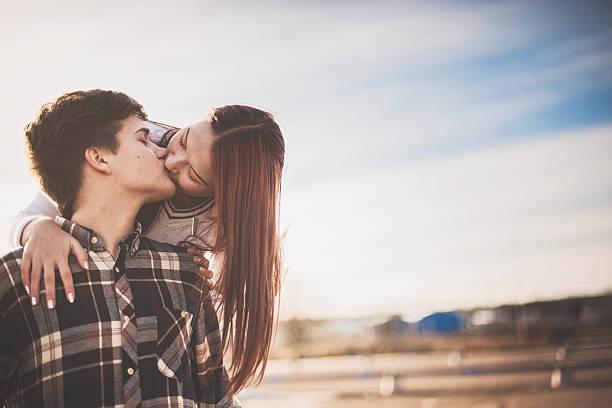 adorable adolescents en amour - fille 16 ans photos et images de collection