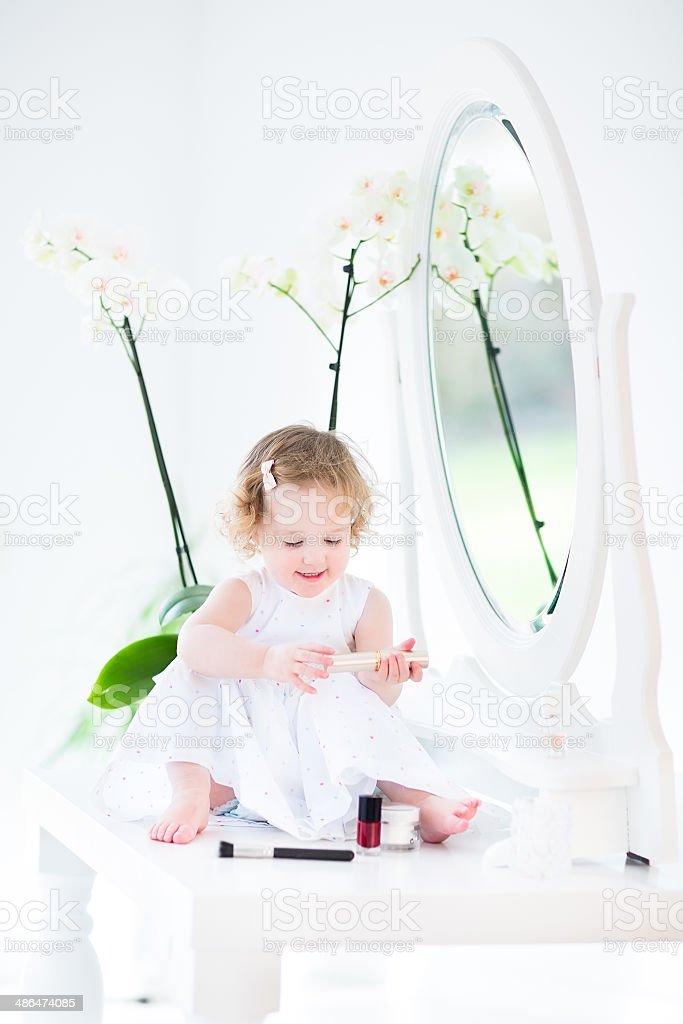 Photo libre de droit de Adorable Fille Enfant Près De Miroir ...
