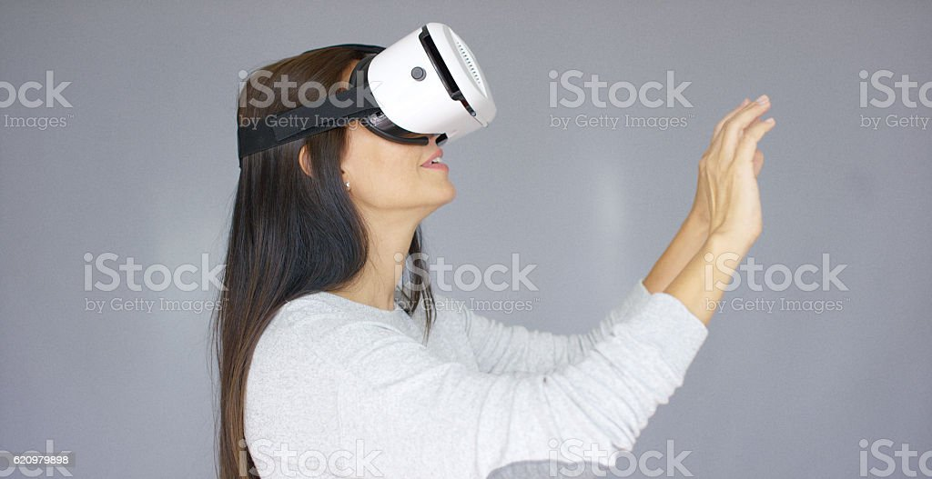 Adorable woman working with virtual reality glasses foto royalty-free