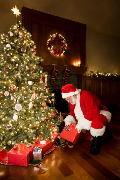 decorate albero di natale e babbo natale offrire regali, spazio di copia - santa claus tiptoeing foto e immagini stock
