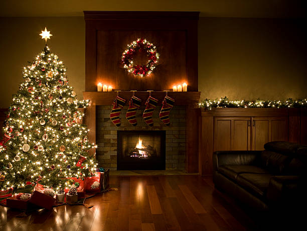 adorned christmas tree, wreath, and garland inside living room, copyspace - fireplace stockfoto's en -beelden