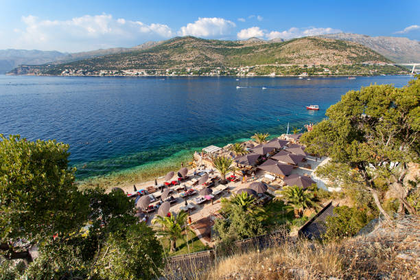 Mar Adriático - playa en Dubrovnik (de Lapad, Babin Kuk), Dalmacia, Croacia - foto de stock