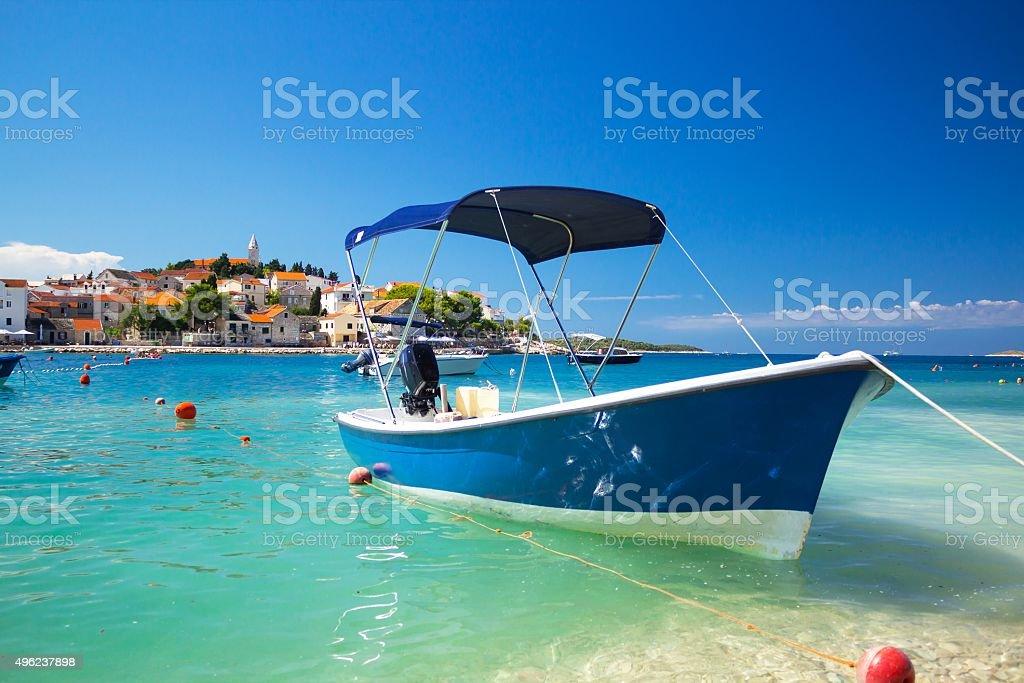 Adriatyckiego. Primosten stare miasto z łodzi zacumowane – zdjęcie