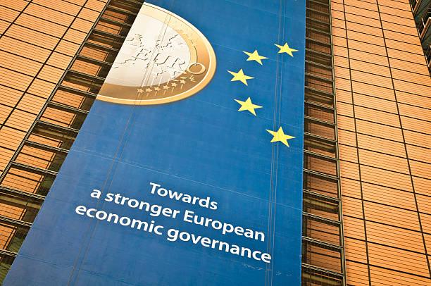 Anuncios en la Fachada de edificio de Bruselas Berlaymont - foto de stock