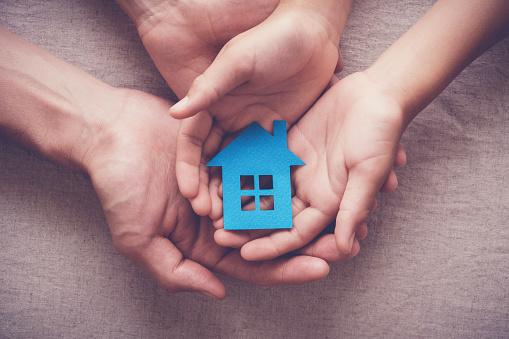 Erwachsene Und Kinder Hände Halten Papierhaus Familie Nach Hause Und Obdachlosen Unterschlupf Konzept Stockfoto und mehr Bilder von Australien