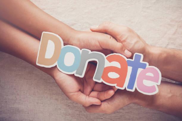 vuxen- och barnhänder med ordet donera, donation och välgörenhetskoncept - ge bildbanksfoton och bilder