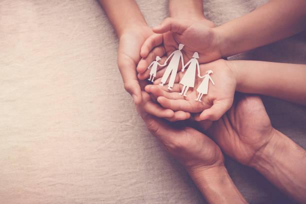 mani per adulti e bambini che tengono il ritaglio di famiglia di carta, casa di famiglia, affidamento, concetto di supporto per i senzatetto - protezione foto e immagini stock