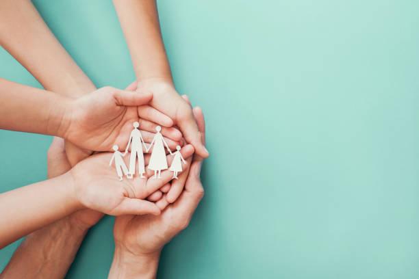 Erwachsene und Kinder Hände halten Papier Familie Ausschnitt, Familie zu Hause, Pflege, Obdachlosen-Charity-Unterstützung Konzept, psychische Gesundheit der Familie, internationaler Tag der Familien – Foto