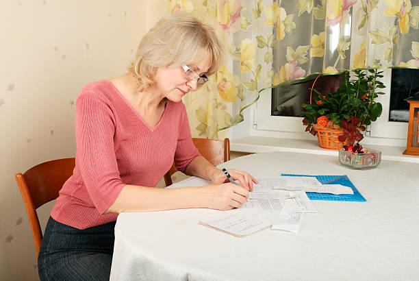 Erwachsenen blonden Frau mit Dokumenten – Foto