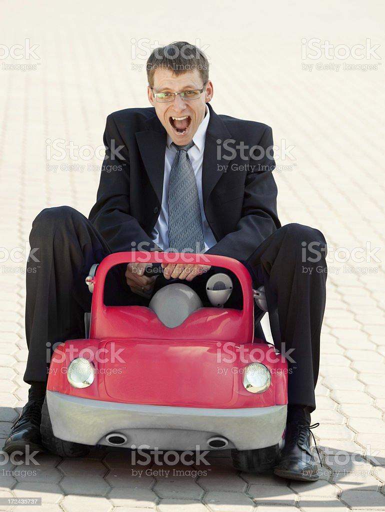 Empresário adulto e Toy carro vermelho. - foto de acervo