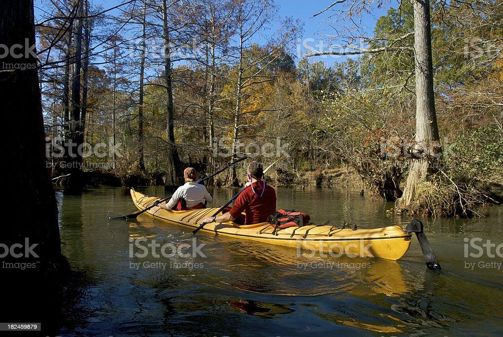 Pareja adulta en tándem en Kayak foto de stock libre de derechos