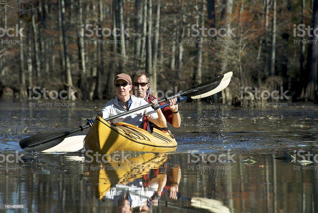 Adulto casal em um conjunto de caiaque foto royalty-free