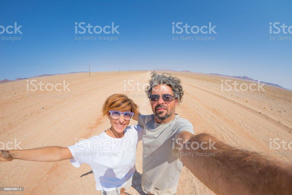 Adult couple taking selfie in the Namib desert foto stock royalty-free