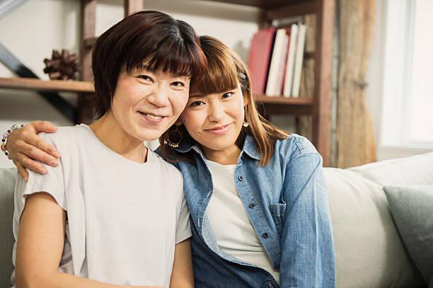 大人と娘を持つ母楽しい時間を - 母娘 笑顔 日本人 ストックフォトと画像