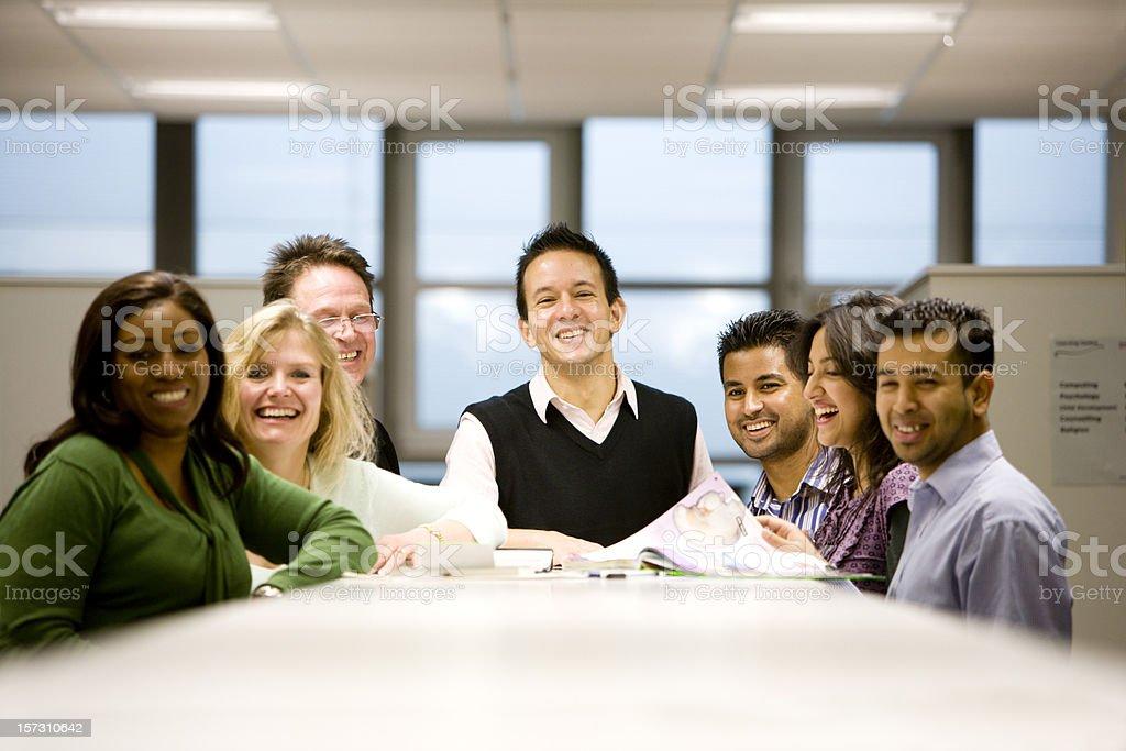 Lächeln von freundlichen Gruppe von verschiedenen älterer Schüler – Foto