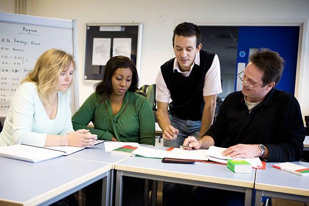 Erwachsene Bildung: Lehrer helfen eine Gruppe von älterer Schüler – Foto