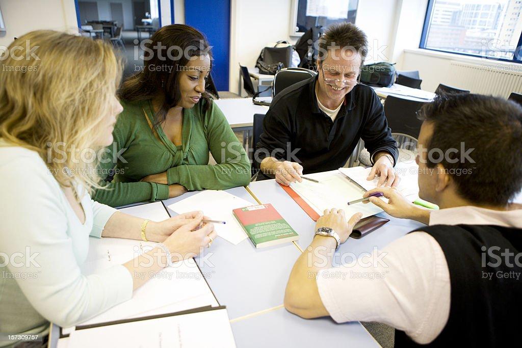 Erwachsene Bildung: Offene vielfältige Gruppe von ältere Schüler arbeiten zusammen – Foto