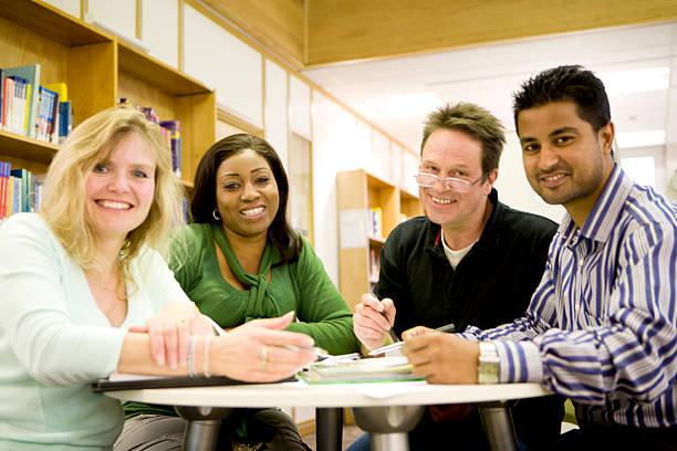Lächelnd vielfältige Gruppe von ältere Schüler arbeiten zusammen, – Foto