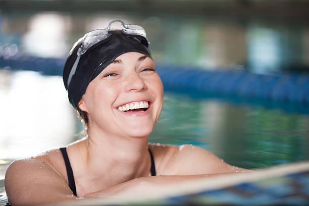 mujer adulta computadora nadador divirtiéndose en la piscina - vuelta completa fotografías e imágenes de stock
