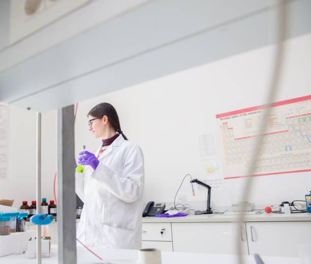 大人の女性研究者が研究室での作業 ストックフォト