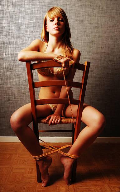Chica adultos con cordón y silla - foto de stock