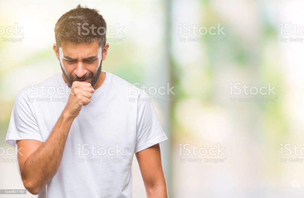 Hombre hispano adulto sobre fondo aislado, sensación de malestar y tos como síntoma de resfriado o bronquitis. Concepto de salud. - foto de stock